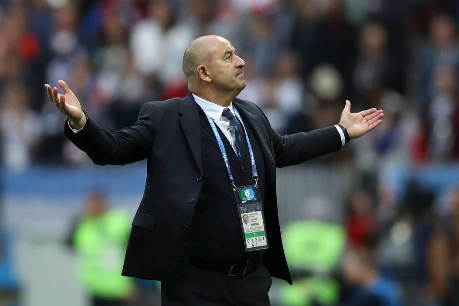 O técnico da Rússia, Stanislav Cherchesov, comemora o quarto gol marcado por Denis Cheryshev na partida contra a Arábia Saudita, na estreia da Copa do Mundo 2018 - 14/06/2018