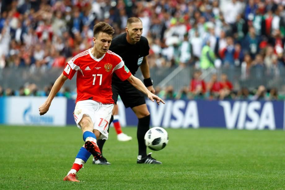 Aleksandr Golovin, marca o quinto gol da Rússia em uma cobrança de falta nos acréscimos da partida contra a Arábia Saudita, no estádio Luzhniki, em Moscou - 14/06/2018