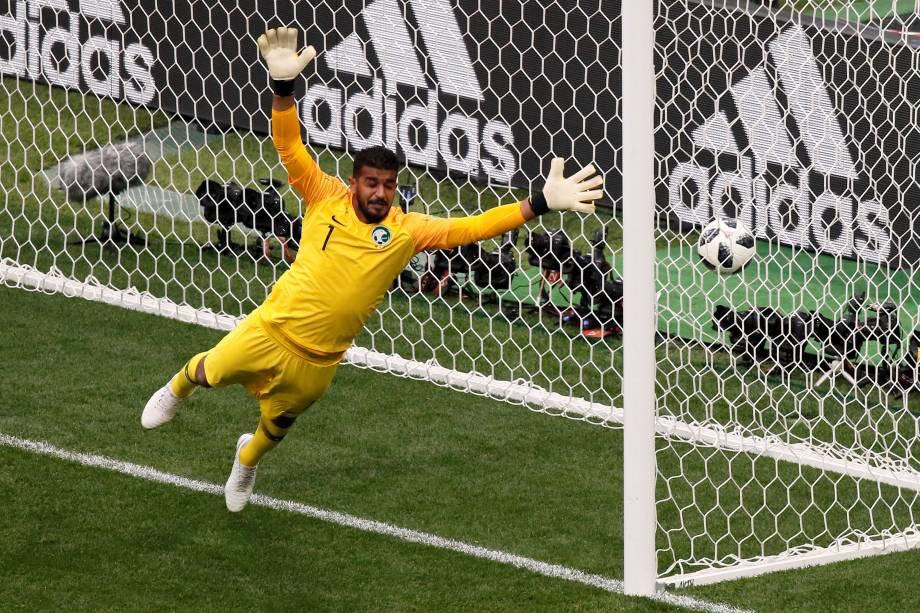 O goleiro saudito Abdullah Al-Mayouf, é abatido durante o quarto gol da Rússia na partida de estreia da Copa do Mundo 2018 - 14/06/2018