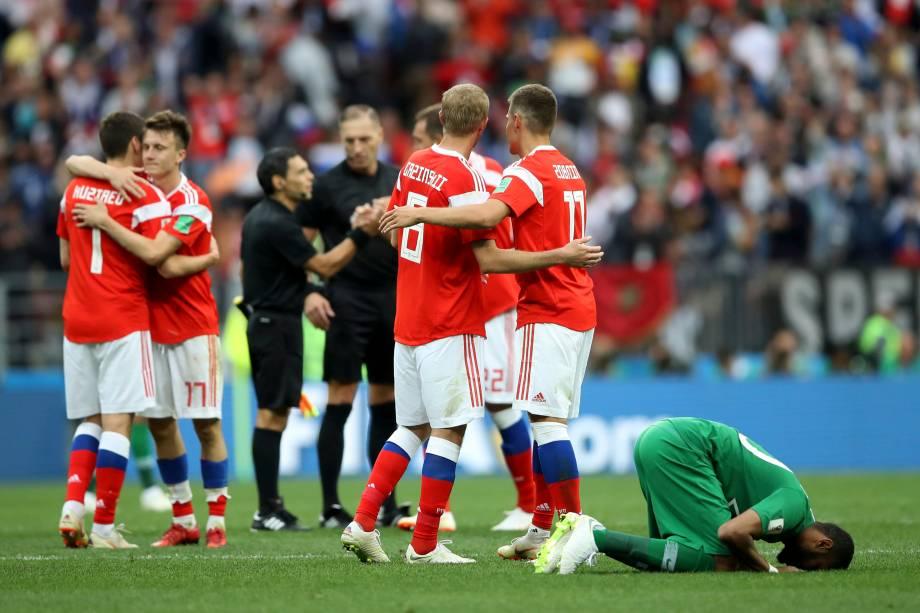 Jogadores russos comemoram a vitória sobre a arábia Saudita por 5 a 0 na partida de estreia da Copa do Mundo 2018, no estádio Luzhniki, em Moscou - 14/06/2018
