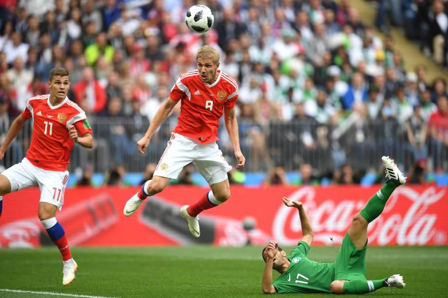 Iury Gazinsky, da Rússia, marca de cabeça o primeiro gol da Copa do Mundo 2018, no jogo de abertura contra a Arábia Saudita, no Estádio Luzhniki, em Moscou - 14/06/2018