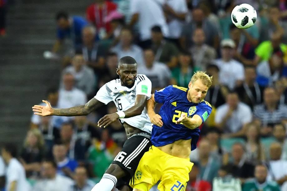 Antonio Rudiger e Ola Toivonen disputam bola durante partida entre Alemanha e Suécia, válida pelo grupo F da Copa do Mundo - 23/06/2018