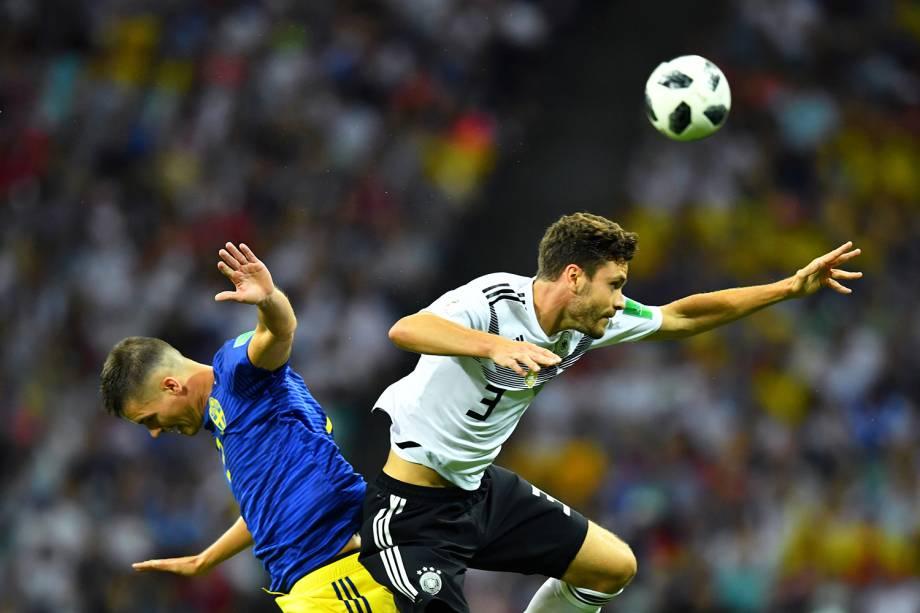 Jonas Hector (dir) e Mikael Lustig (esq) disputam bola durante partida entre Alemanha e Suécia, válida pela segunda rodada do grupo F da Copa do Mundo  - 23/06/2018