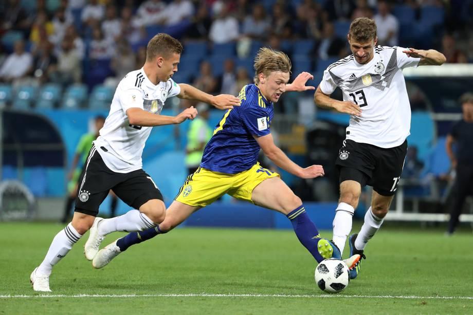 Emil Forsberg, da Suécia, é cercado pelos alemães Joshua Kimmich e Thomas Muller - 23/06/2018