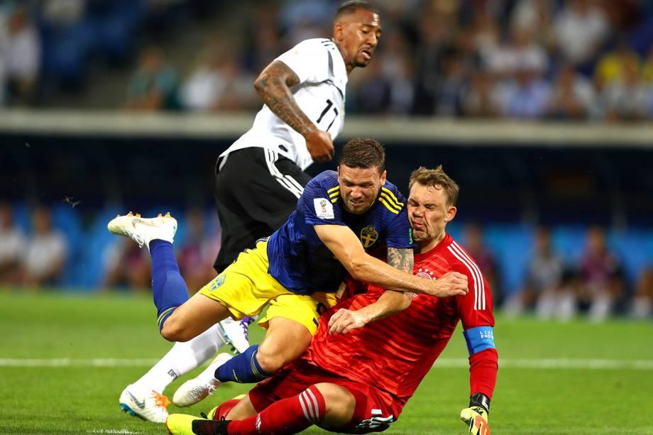 Marcus Berg, da Suécia, se choca com o goleiro alemão Manuel Neuer, durante partida válida pelo grupo F da Copa do Mundo - 23/06/2018