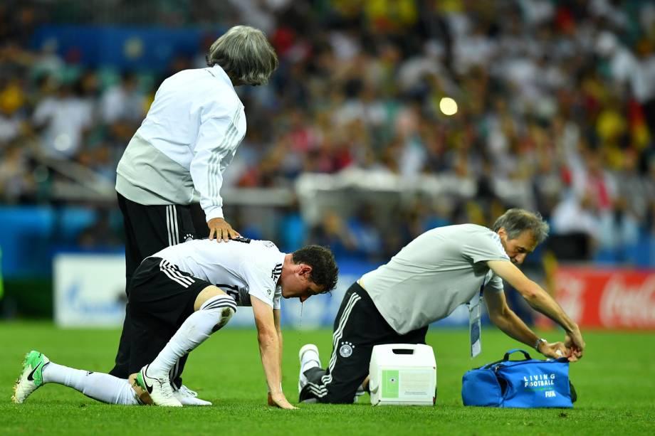 Sebastian Rudy, da Alemanha, recebe tratamento após sofrer corte no nariz, durante partida contra a Suécia - 23/06/2018