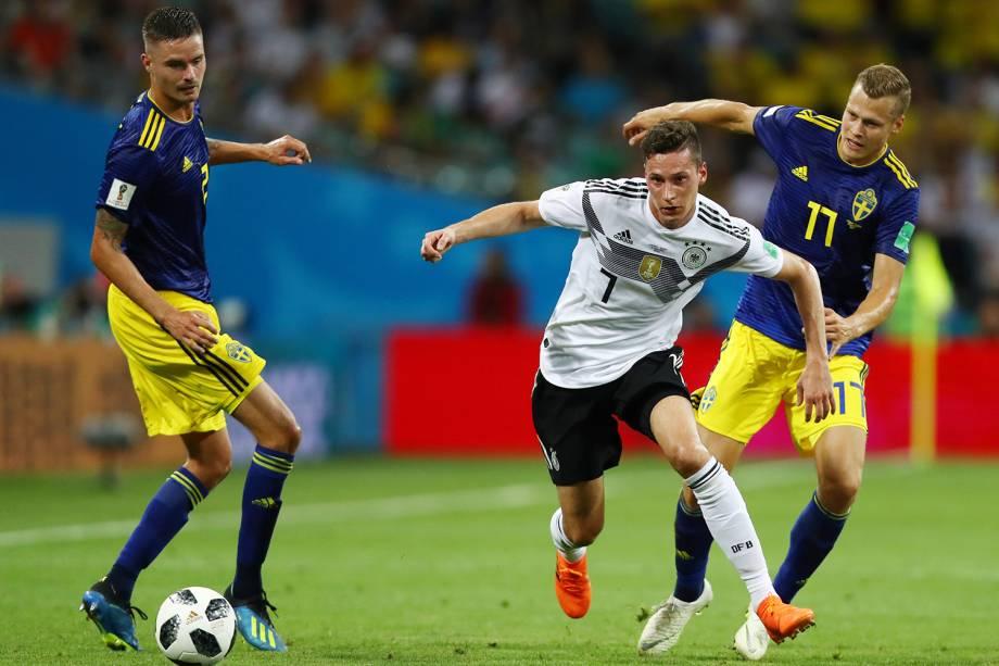 Julian Draxler, da Alemanha, disputa bola com Mikael Lustig e Viktor Claesson, da Suécia - 23/06/2018