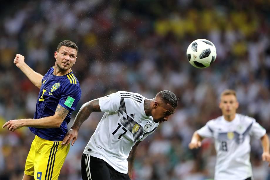 Marcus Berg (esq) disputa bola com Jerome Boateng durante partida entre Alemanha e Suécia - 23/06/2018