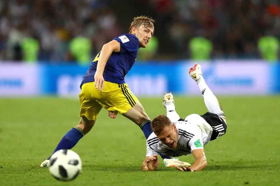 Joshua Kimmich disputa bola com Emil Forsberg, durante partida entre Alemanha e Suécia - 23/06/2018