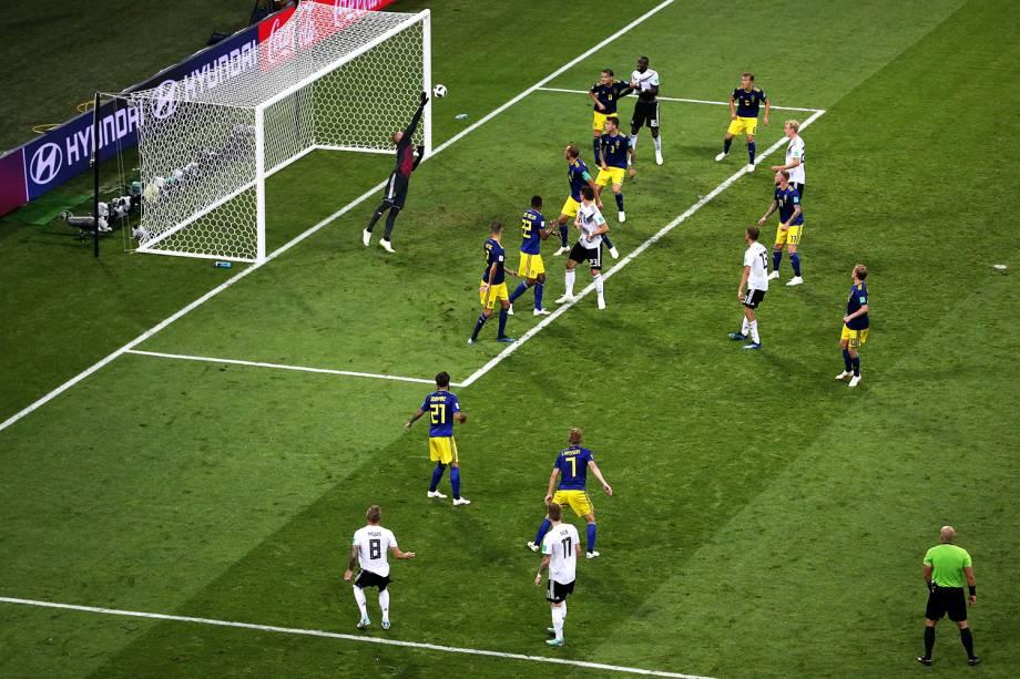 Toni Kroos marca gol de falta no último minuto do segundo tempo, durante partida entre Alemanha e Suécia - 23/06/2018