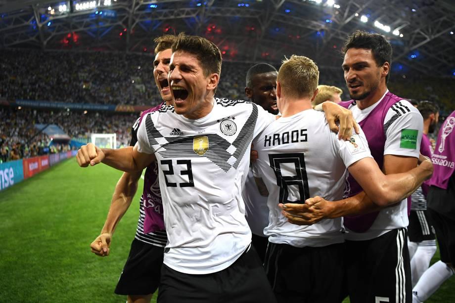 Toni Kroos comemora após marcar gol de falta no último minuto do segundo tempo, durante partida entre Alemanha e Suécia - 23/06/2018