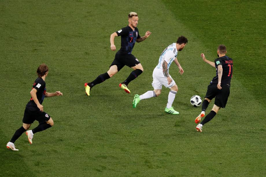 O argentino Lionel Messi é perseguido pela defesa da Croácia, na segunda rodada do grupo D na arena Níjni Novgorod - 21/06/2018