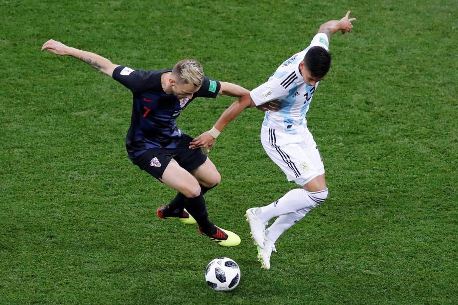 O croata Ivan Rakitic disputa a bola com o argentino Maximiliano Meza durante partida válida pela segunda rodada do grupo D da Copa do Mundo na arena Níjni Novgorod - 21/06/2018