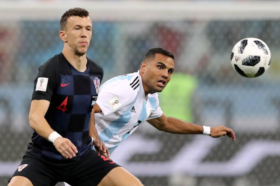 O croata Ivan Perisic em ação com o argentino Gabriel Mercado durante partida válida pela segunda rodada do grupo D da Copa do Mundo na arena Níjni Novgorod - 21/06/2018