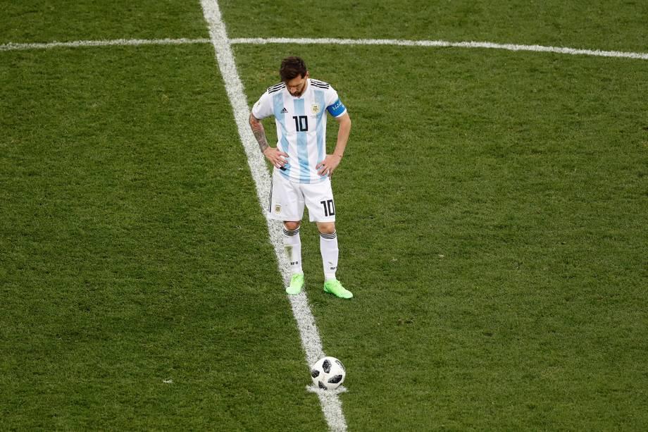 Lionel Messi, da Argentina, lamenta o gol sofrido no meio de campo, enquanto aguarda para retomar a partida com a Croácia - 21/06/2018