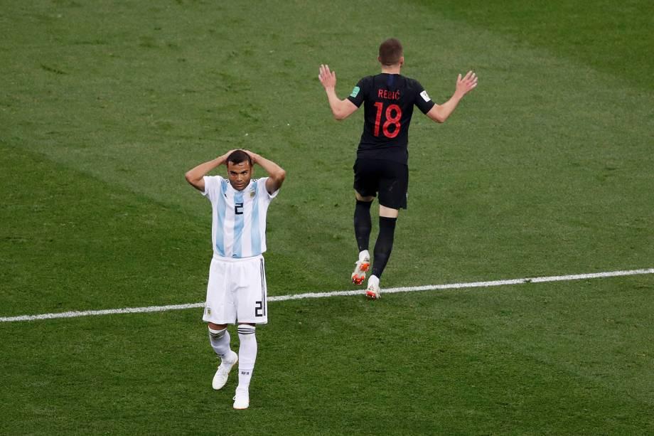 Ante Rebic, da Croácia, comemora o gol marcado contra a Argentina enquanto o lateral, Gabriel Mercado, leva as mãos à cabeça inconformado - 21/06/2018