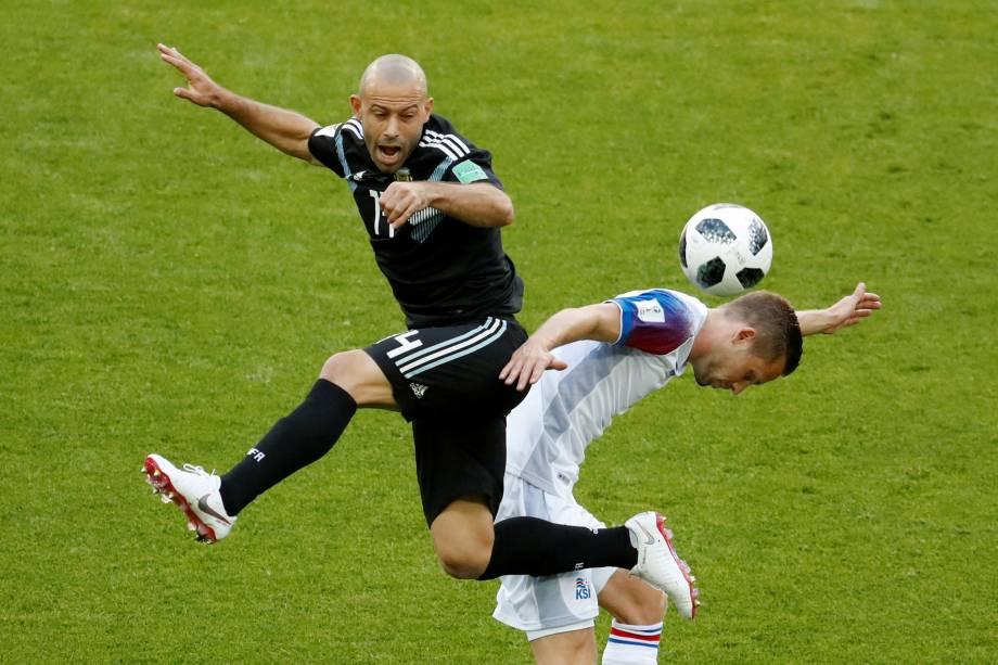 O meia argentino Javier Mascherano disputa pelo alto com Gylfi Sigurdsson, da Islândia