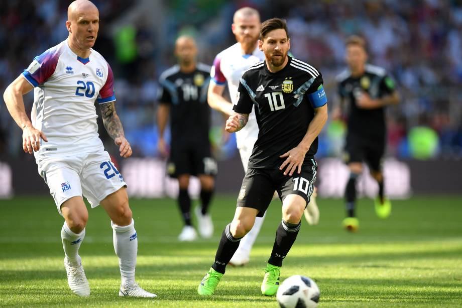 O argentino Lionel Messi é marcado de perto pelo volante Emil Hallfredsson da Islândia, na partida de estreia das seleções do grupo D da Copa do Mundo da Rússia - 16/06/2018