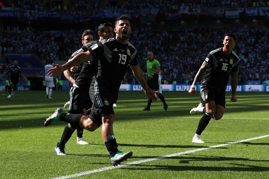 Jogadores da Argentina comemoram o gol de Sergio Aguero na partida contra a Islândia no estádio Spartak, em Moscou