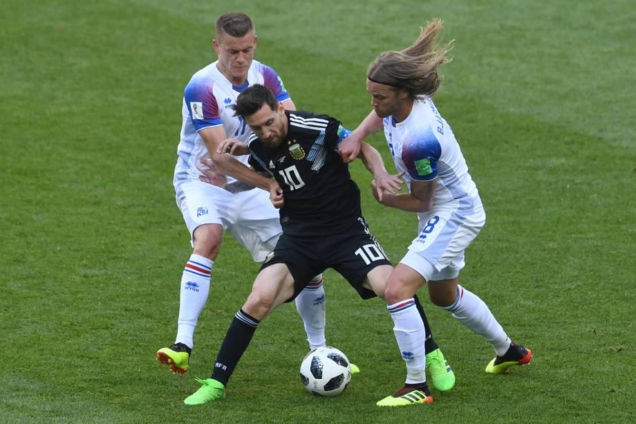 O argentino Lionel Messi é marcado de perto por Birkir Bjarnason e Alfred Finnbogason na partida contra a Islândia, no estádio Spartak em Moscou - 16/06/2018
