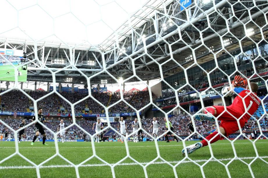 O goleiro Hannes Halldórsson da Islândia defende cobrança de pênalti de Lionel Messi na partida de estreia das seleções na Copa do Mundo da Rússia