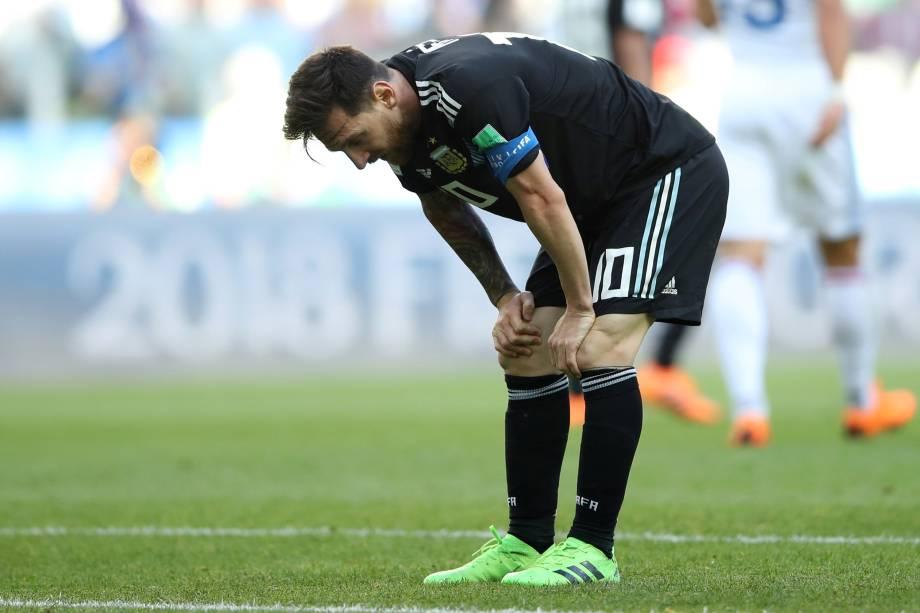 O atacante argentino Lionel Messi lamenta pênalti perdido na partida contra a Islândia