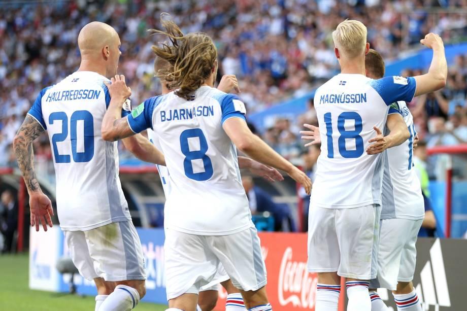 Jogadores da Islândia comemoram gol de empate na partida contra a Argentina, no estádio Spartak em Moscou