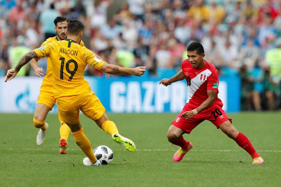 O peruano, Edison Flores, marca Josh Risdon, da Austrália durante a partida no estádio Fisht - 26/06/2018