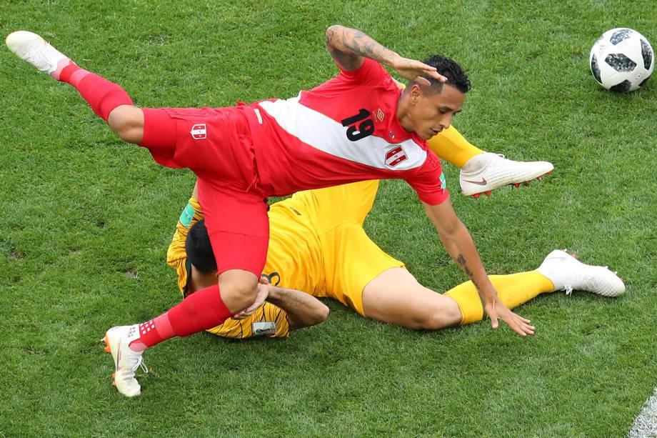 Yoshimar Yotun, do Peru, vai ao chão após uma dividida de bola com o australiano Tom Rogic - 26/06/2018
