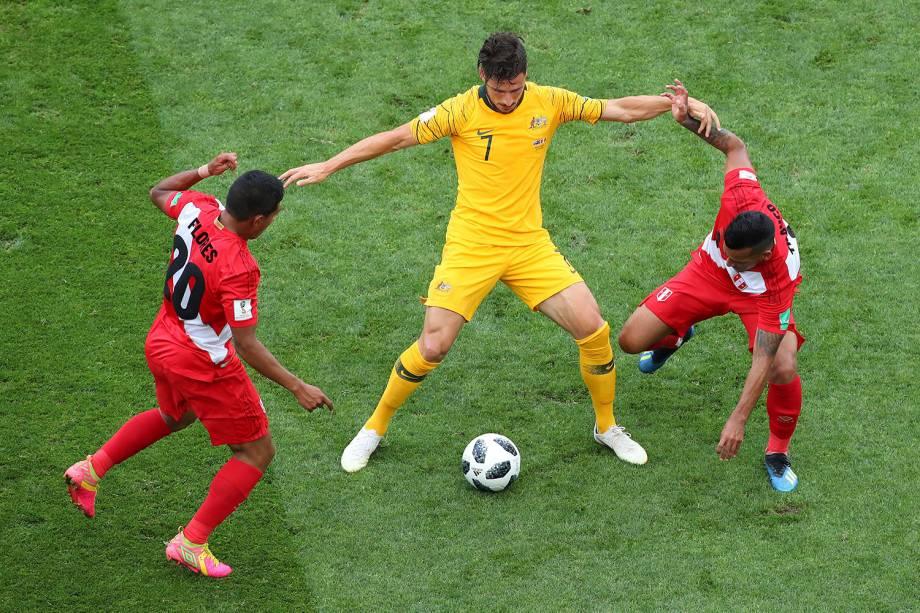 O australiano, Mathew Leckie, é marcado por dois jogadores do Peru, durante a partida válida pela terceira rodada do grupo C, no estádio Fisht - 26/06/2018