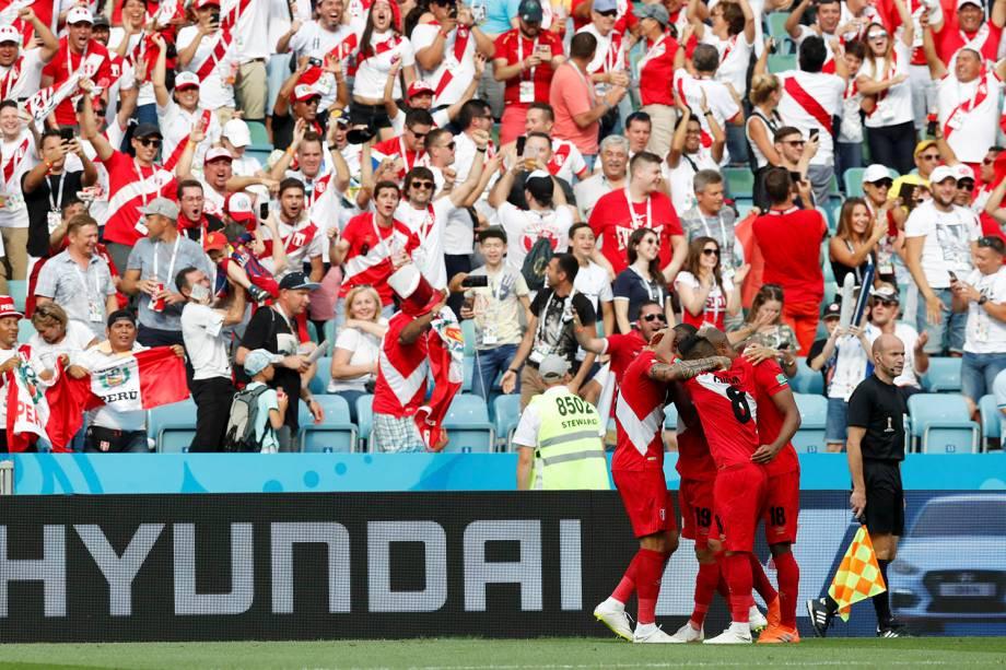 O peruano, Andre Carrillo, comemora o gol marcado contra a Austrália com os companheiros de time ao lado da torcida - 26/06/2018