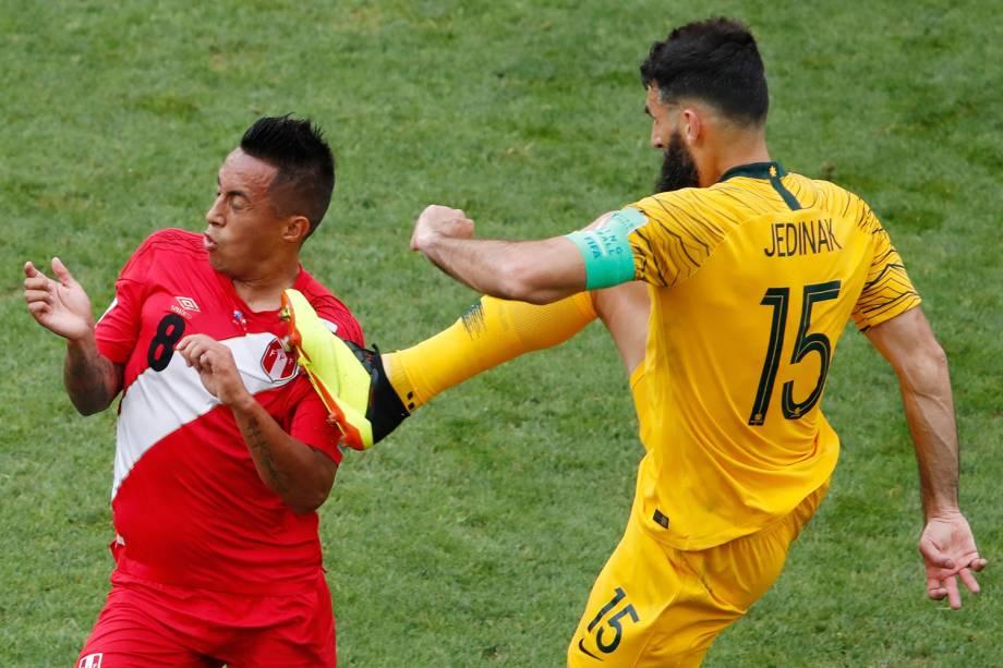 Christian Cueva, do Peru, é atingido pelo australiano, Mile Jedinak, durante uma disputa de bola - 26/06/2018