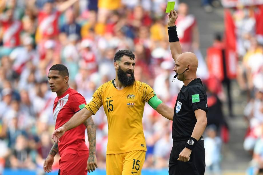 O árbitro, Sergei Karasev, mostra o cartão amarelo para o australiano, Mile Jedinak, após uma falta cometida p- 26/06/2018