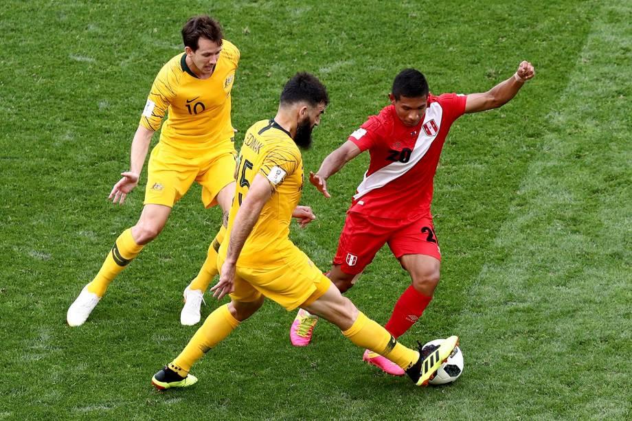 Mile Jedinak, da Austrália, rouba uma bola do peruano, Edison Flores - 26/06/2018