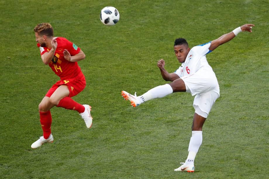 Tentativa do meia panamenho Edgar Barcenas  é bloqueada pelo atacante Dries Mertens, da Bélgica, durante partida válida pelo grupo G em Sochi - 18/06/2018