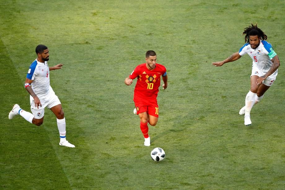 Gabriel Gomez e Roman Torres do Panamá pressionam Eden Hazard da Bélgica durante partida do Grupo G da Copa do Mundo no estádio Fisht, em Sochi - 18/06/2018