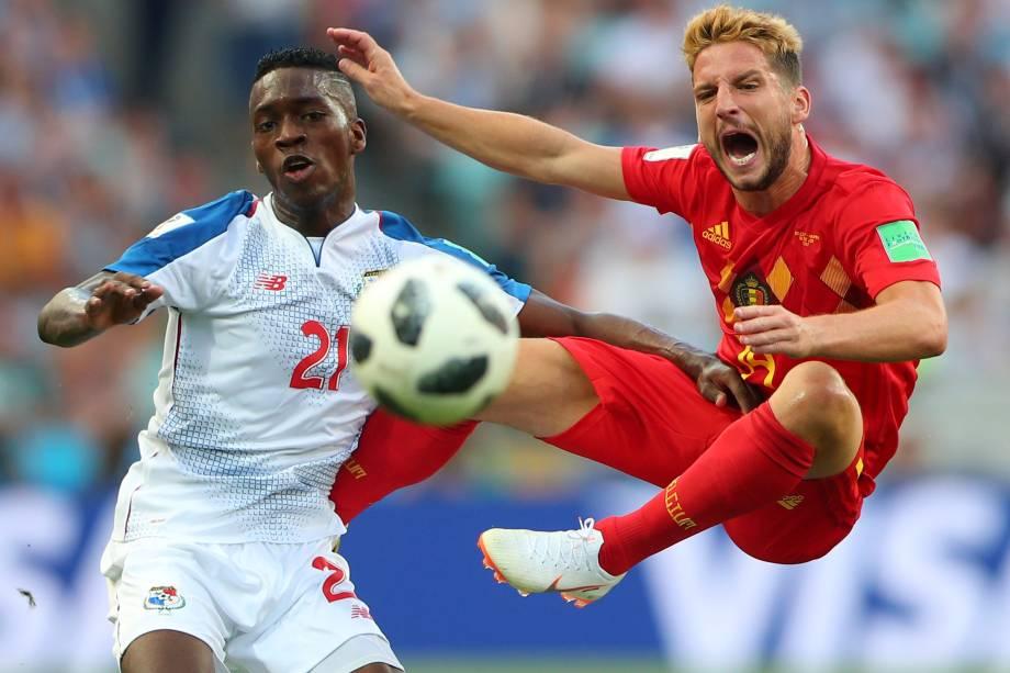 Dries Mertens da Bélgica em ação com Jose Luis Rodriguez do Panamá