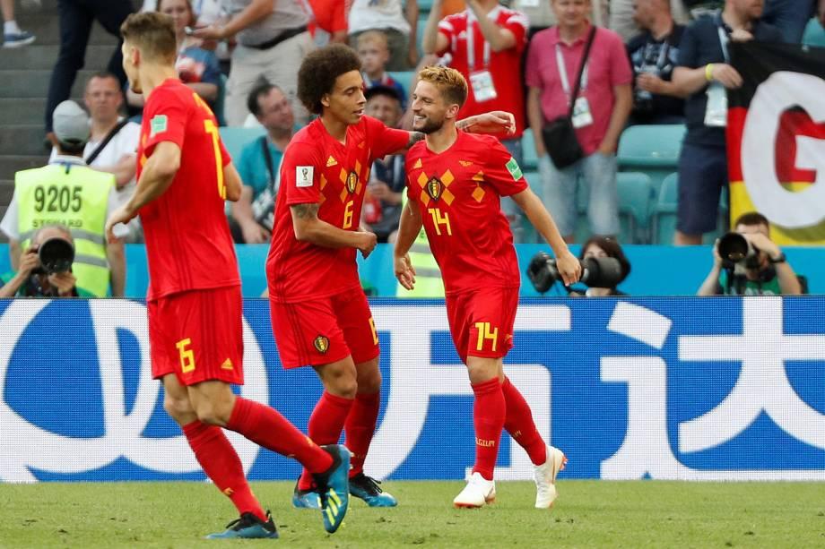 Axel Witsel comemora com Dries Mertens, autor do gol da Bélgica na partida contra o Panamá, em Sochi - 18/06/2018