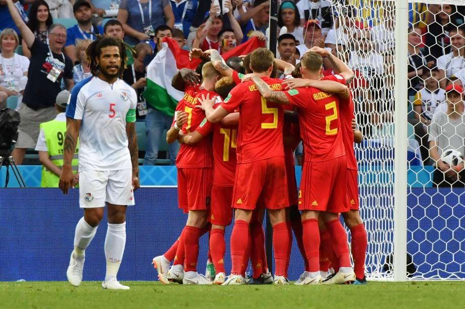 Companheiros de time comemoram o gol do belga Romelu Lukaku com um abraço coletivo