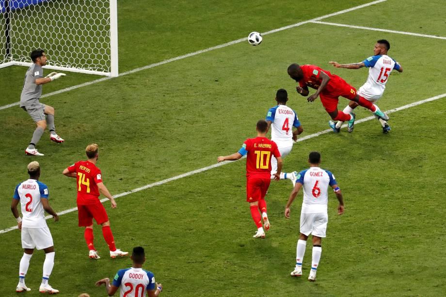O atacante Romelu Lukaku, da Bélgica, marca um gol de cabeça após o cruzamento de De Bruyne