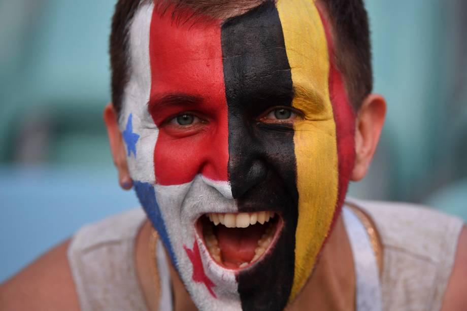 Um torcedor é visto com o rosto pintado metade com a bandeira do Panamá, outra metade com as cores da Bélgica, durante o confronto das seleções do Grupo G no estádio Fisht