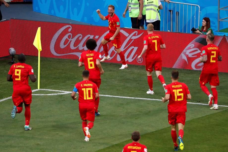 Companheiros de time chegam para comemorar o gol do belga Dries Mertens