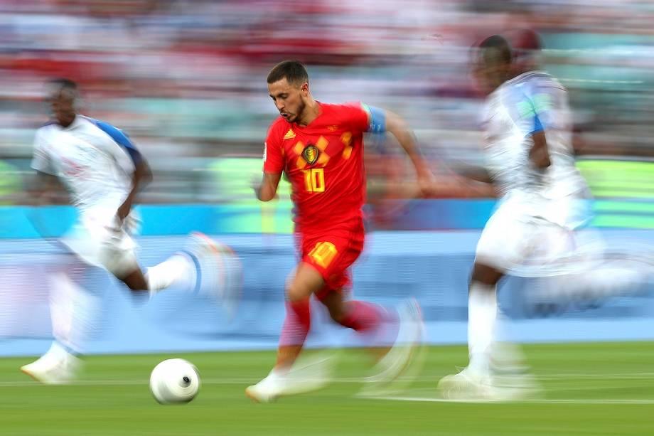 Eden Hazard, da Bélgica, dribla no meio de dois marcadores do Panamá, durante o confronto do Grupo G pela Copa do Mundo Rússia 2018