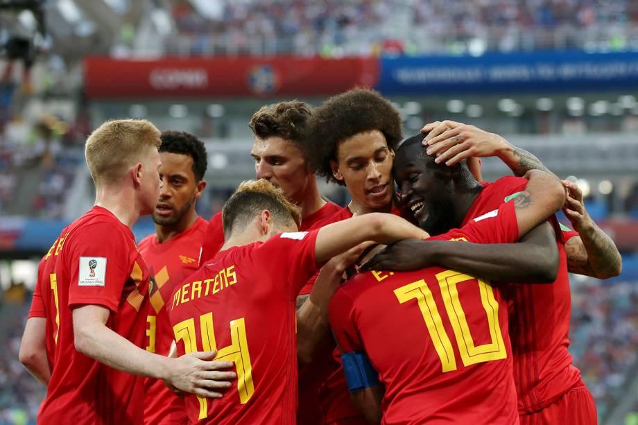 Romelu Lukaku, da Bélgica, é abraçado por colegas de time durante a comemoração de um gol