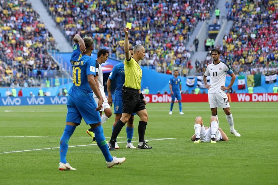 O árbitro, Bjorn Kuipers, mostra o cartão amarelo para Neymar, após um lance de irritação do atacante brasileiro - 22/06/2018