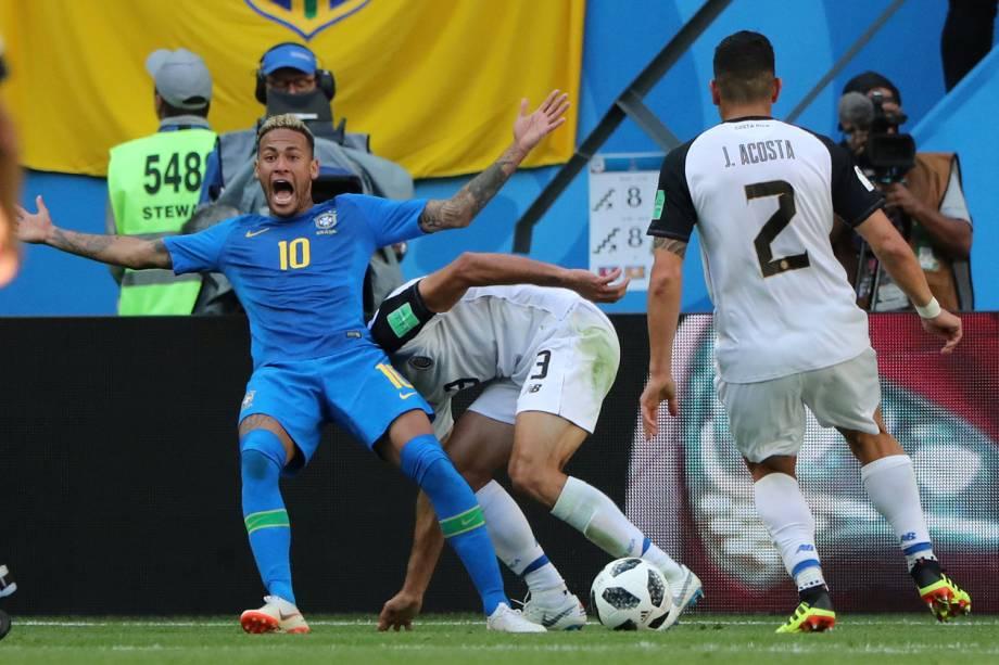 Neymar reage pedindo pênalti em um lance contra a Costa Rica, que seria anulado pelo juiz momentos depois - 22/06/2018