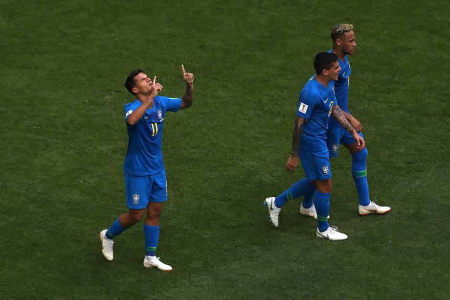 Philippe Coutinho comemora com os dedos para o céu o primeiro gol do Brasil na partida contra a Costa Rica - 22/06/2018
