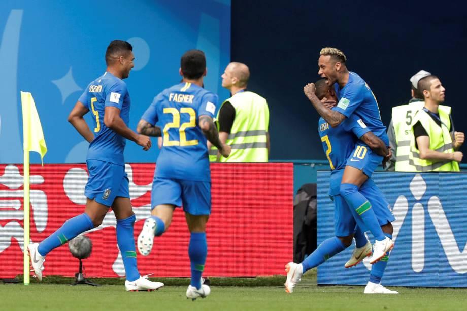 Neymar comemora com os companheiros de time o segundo gol marcado na partida contra a Costa Rica - 22/06/2018