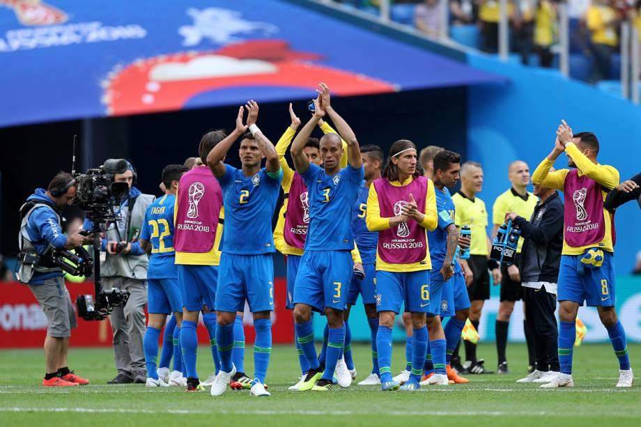 Jogadores do Brasil apaludem a torcida do jogo contra a Costa Rica, no estádio São Petesburgo - 22/06/2018