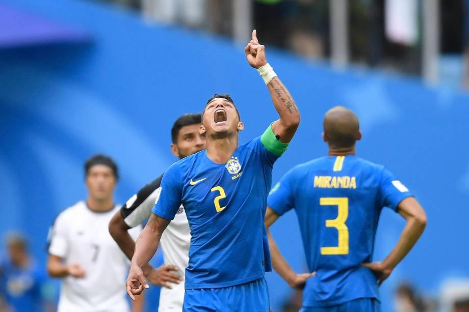 Thiago Silva, capitão do Brasil, comemora após a vitória de 2 a 0 sobre a Costa Rica, no estádio São Petesburgo - 22/06/2018